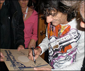 Ronnie Wood signing autographs